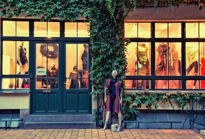 Eine Schaufensterpuppe steht vor eine Boutique.