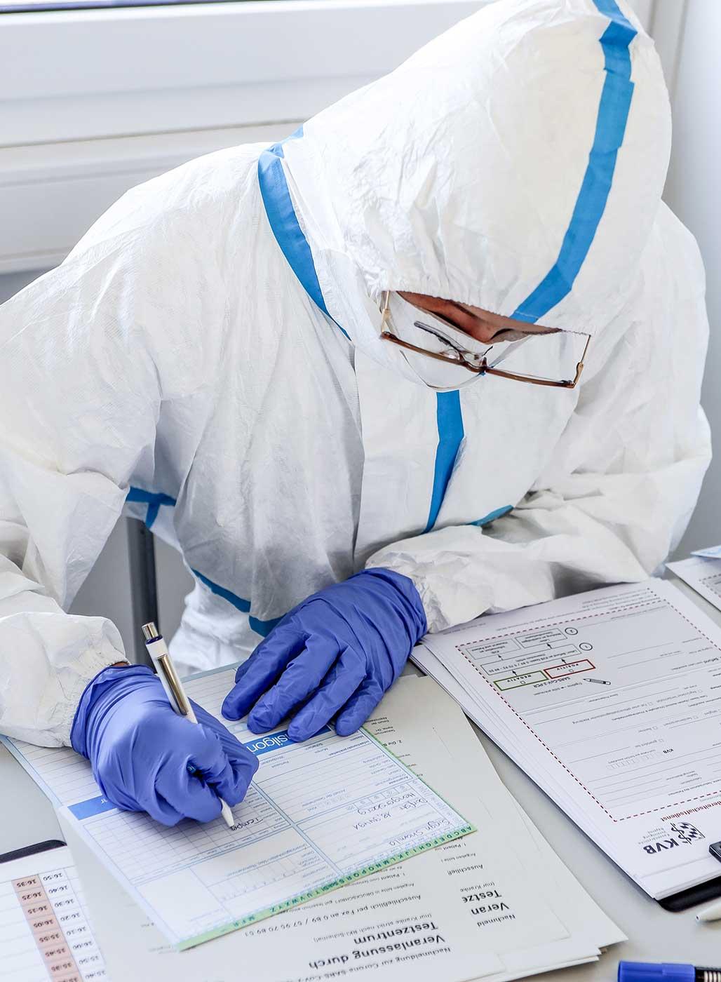 Ein Infektiologe füllt Formulare aus