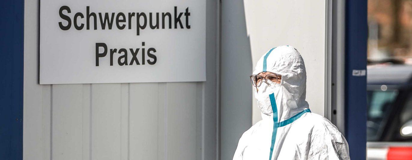 Ein Mitarbeiter steht vor der neu eingerichteten Schwerpunktpraxis in Deggendorf