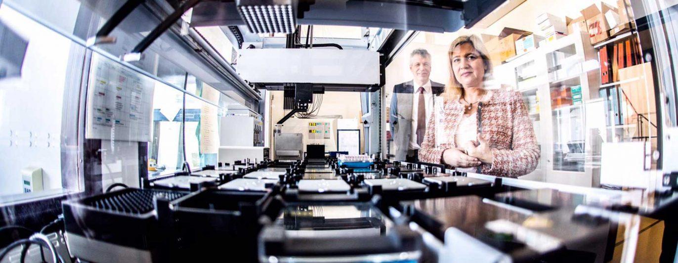 Staatsministerin Melanie Huml besucht das Test-Labor des LGL.