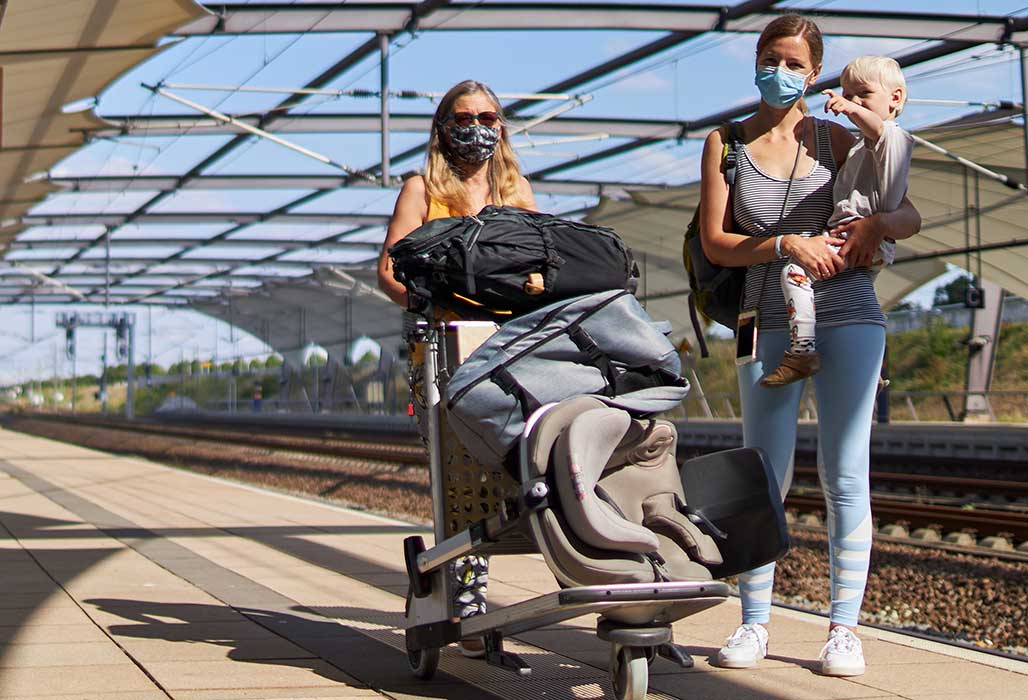 Familie reist mit der Bahn.
