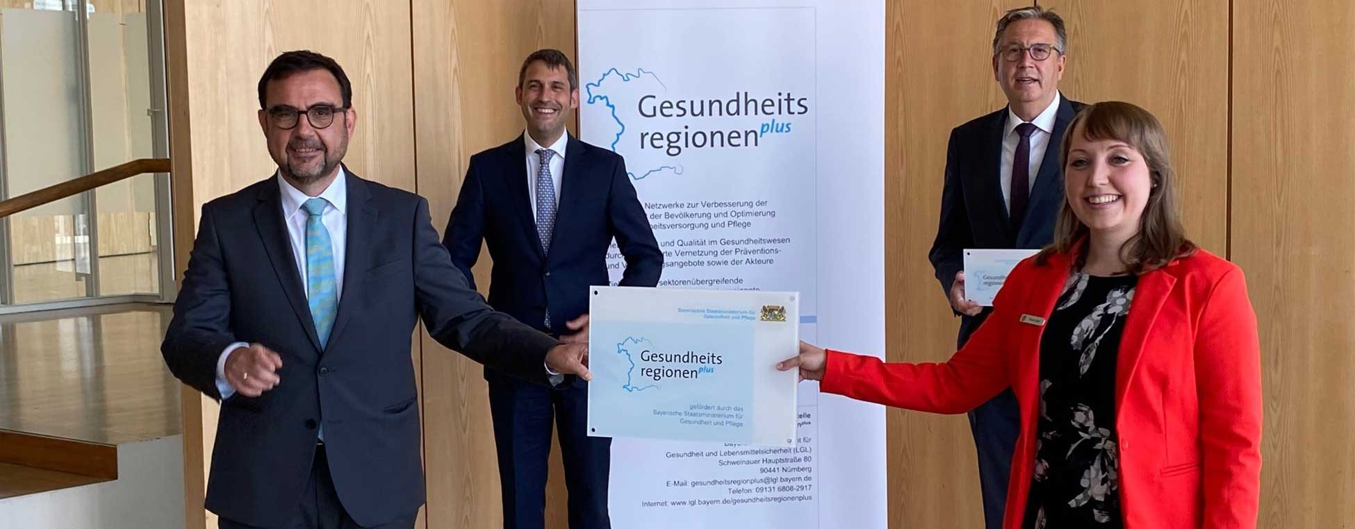 Gesundheitsminister Klaus Holetschek bei der Übergabe der Förderplakette für die Gesundheitsregionplus in Aschaffenburg am 11. Juni 2021