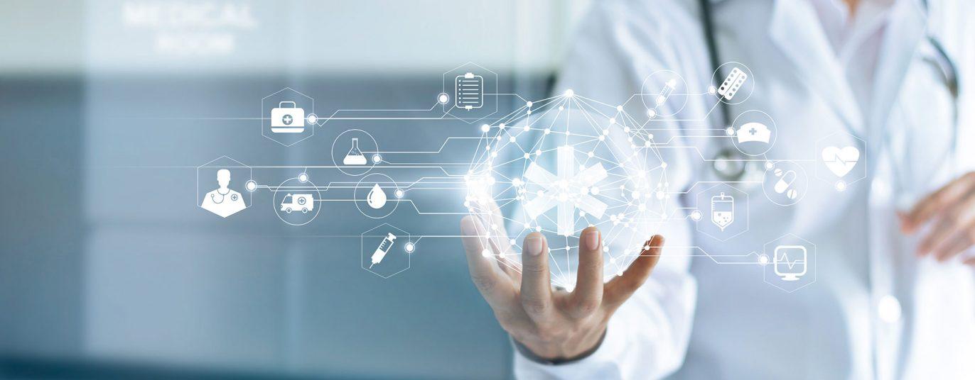 Imagebild mit Ärztehand, die verschiedene medizinische Symbole zu halten scheint, Headerbild der StMGP-Seite zur Digitalisierung