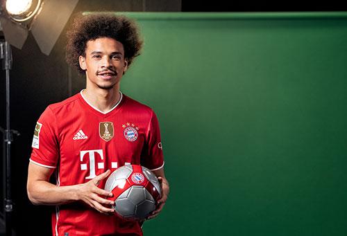 Portrait des Fußballspielers Leroy Sané vom FC Bayern München mit einem Fußball in der Hand