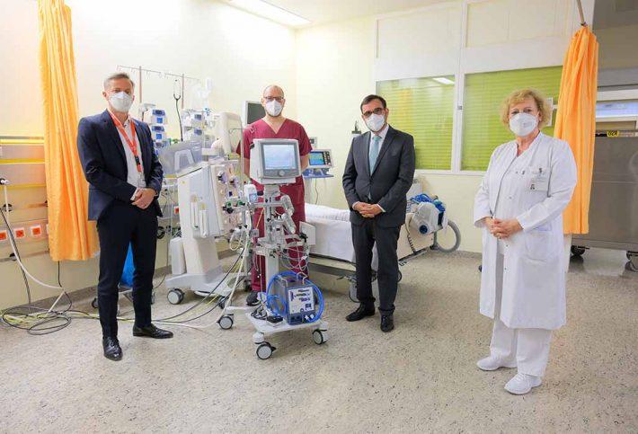 Pressefoto zur von Staatsministeri Holetschek bei der Übergabe eines ECMO-Gerätes an der München Klinik vom 19. Mai 2021 zur PM 123 - Teaserformat