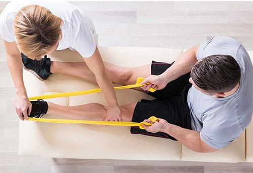 Bild zeigt Mann und Therapeutin in physiotherapeutischer Behandlung