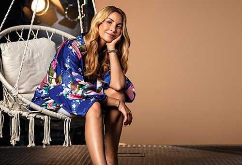 Junge Frau sitzt entspannt in einem Schaukelsessel