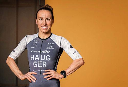 Sportlerin Anne Haug lächelt in die Kamera