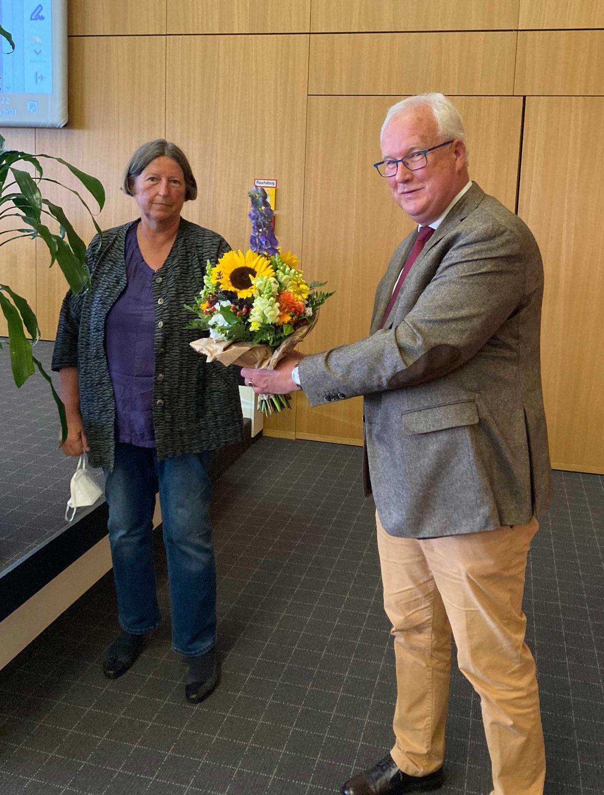 Rüdiger von Esebeck, Schriftführer des LGR, gratuliert der neuen LGR-Vorsitzenden Kathrin Sonnenholzner